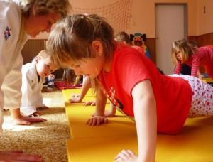 Děti může poškodit náš chybný přístup a je jendo jestli to bude práce s valstním tělem či volná zátěž.